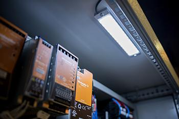 Die LED-Leuchten sind kompakt gebaut, so dass sie überall Platz finden, etwa hinter einer Falzkante im Deckenbereich des Schaltschrankes.