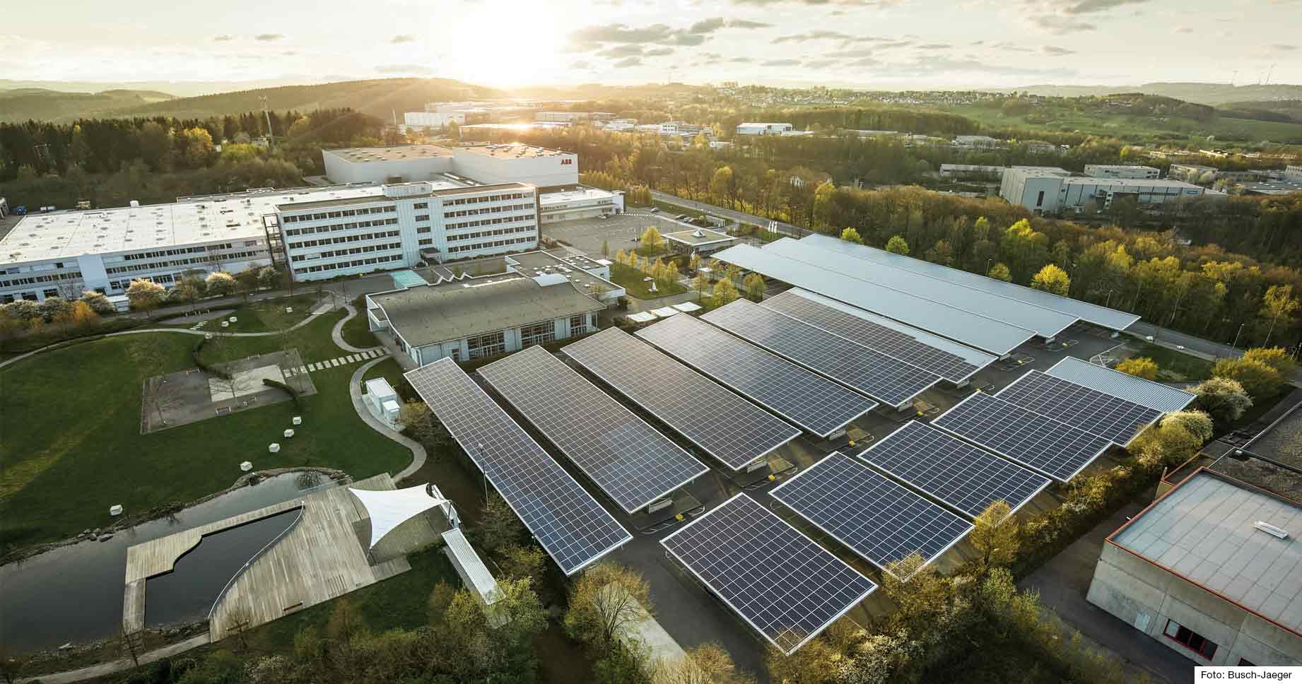 Firmengebäude mit großer Solaranlage auf dem Dach