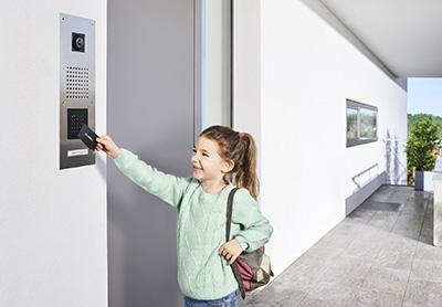 Leicht bedienbar und sicher: Der berührungslose Türöffner ist eine praktische Alternative zum Schlüssel.