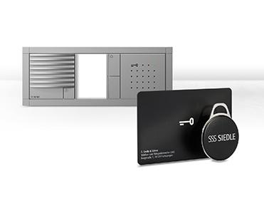 Der Electronic-Key-Leser für die Designlinien Siedle Vario (Abbildung), Classic und Steel ist mit Transpondern im Scheckkartenformat oder als Schlüsselanhänger-Chip erhältlich.